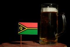 Vanuatu flaga z piwnym kubkiem na czerni Obraz Stock