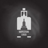 Vape商店商标在黑板背景的模板设计 E香烟和e液体瓶盖印或T恤杉印刷品 库存照片