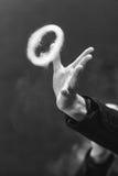 Vape把戏 蒸气圆环从一只电子香烟和手的背景的 北京,中国黑白照片 免版税库存照片