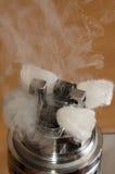 Vape, атомизатор ecigarette на деревянной предпосылке стоковые изображения rf