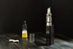 Vape или e-сигарета Vaping установило на таблицу Стоковая Фотография RF