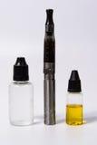 Vape Cig i vape soku butelki Fotografia Stock