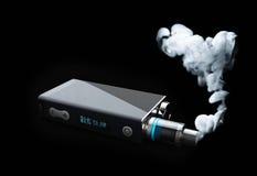 vape con la nuvola di fumo bianca del fuoco illustrazione 3d su fondo nero Immagini Stock