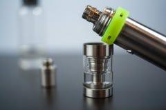 Vape Delar av e-cigaretten Elektroniskt cigarettslut upp arkivbild
