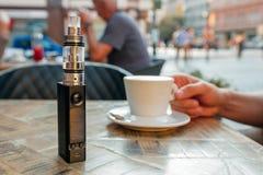 Vape eller elektronisk cigarett och e-flytande på tabellen Royaltyfri Fotografi