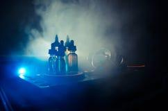 Vape i DJ klubu pojęcie Dymne chmury i vape ciekłe butelki na Dj melanżeru zakończeniu up skutków wielki światła przyjęcia występ fotografia royalty free