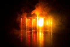 Vape-Konzept Rauchwolken und vape flüssige Flaschen auf dunklem Hintergrund Große Party und Leistung Lizenzfreies Stockfoto