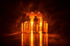 Vape-Konzept Rauchwolken und vape flüssige Flaschen auf dunklem Hintergrund Große Party und Leistung Stockbilder