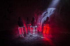 Vape-Konzept Rauchwolken und vape flüssige Flaschen auf dunklem Hintergrund Große Party und Leistung Nützlich als Hintergrund- od Stockbilder