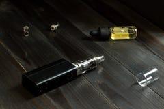 Vape lub papieros Vaping ustawiający na stole Fotografia Stock