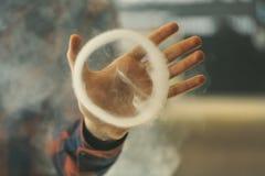 Vape Manhand och en cirkel av ånga arkivfoton