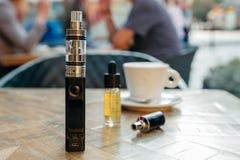 Vape o sigaretta elettronica sulla tavola Fotografia Stock