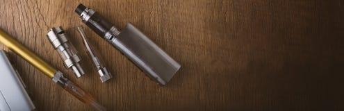 Vape penna och vaping apparater, mods, sprejflaskor, e-cig, e-cigarett royaltyfria foton