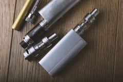 Vape penna och vaping apparater, mods, sprejflaskor, e-cig, e-cigarett fotografering för bildbyråer