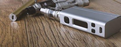 Vape penna och vaping apparater, mods, sprejflaskor, e-cig, e-cigarett arkivfoto