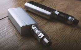 Vape penna och vaping apparater, mods, sprejflaskor, e-cig, e-cigarett royaltyfri fotografi