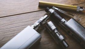 Vape penna och vaping apparater, mods, sprejflaskor, e-cig, e-cigarett royaltyfri bild