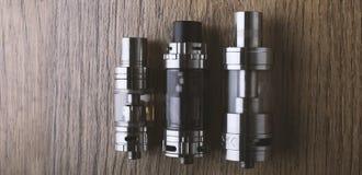 Vape penna och vaping apparater, mods, sprejflaskor, e-cig, e-cigarett royaltyfria bilder