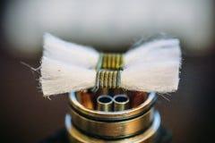 Vape RDA ou e-cigarro para vaping com bobinas e algodão, atomizador rebuildable do gotejamento ou atomizador E-líquido ou vapor d fotos de stock