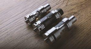 Vape-Stift und vaping Geräte, mods, Zerstäuber, e-Cig, e-Zigarette stockfotos