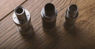 Vape-Stift und vaping Geräte, mods, Zerstäuber, e-Cig, e-Zigarette stockbilder