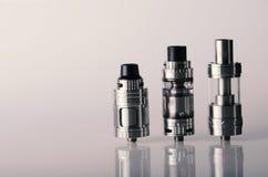 vape zbiorniki dla elektronicznego papierosu lub e cig nad whi Zdjęcia Royalty Free
