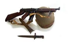Vapen av en amerikansk flotta, hjälm, kniv och kulsprutepistol av perioden av världskrig II Royaltyfri Foto