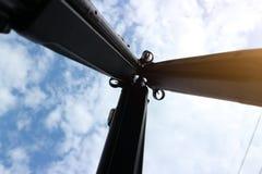 Vapen göras av fint stål, lagt ut i harmonihimmelbakgrund royaltyfri fotografi