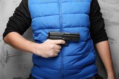 Vapen i den manliga handen f?r skydd mot agression, anfall och r?veri arkivbilder