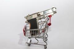 Vapen i en shoppingvagn Vapenleksak en shoppa för alla sorter av vapen royaltyfri bild