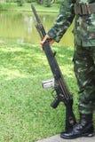 Vapen i hand av soldaten Royaltyfri Foto