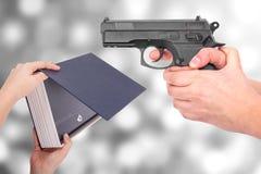 Vapen i handen, anfall royaltyfria foton