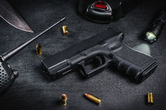 Vapen, kniv och kassetter på en svart tabell Arkivbilder