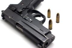 Vapen med ammunitionar på vit Fotografering för Bildbyråer
