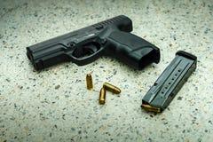 Vapen med tidskriften och ammo Royaltyfri Bild