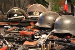 Vapen och krighjälmar Arkivfoto
