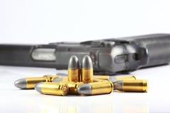 Vapen och kula Arkivfoto