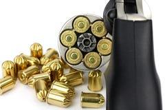 Vapen och 9mm kulor på tabellen Arkivfoto