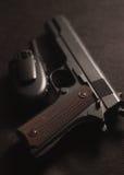 Vapen och walkie-talkie på svart bakgrund, Royaltyfri Fotografi
