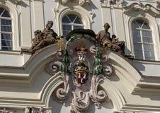Vapensköld ärkebiskop Palace på den Hradcanske fyrkanten, Prague royaltyfria bilder