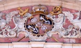 Vapensköld av den kyrkliga byggmästaren på portalen av vår damkyrka i Aschaffenburg, Tyskland Fotografering för Bildbyråer