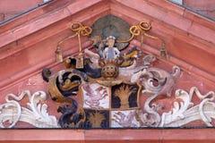 Vapensköld av den kyrkliga byggmästaren på portalen av vår damkyrka i Aschaffenburg, Tyskland Arkivfoton