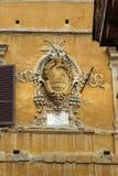 Vapensköld av nobla familjer i vägg på piazza Tolomei i Siena italy royaltyfri fotografi