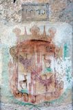 Vapensköld på väggen av den Predjama slotten Royaltyfri Fotografi
