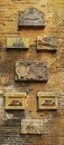 Vapensköldar på en gammal tegelstenvägg Royaltyfri Fotografi