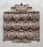 Vapensköldcloseup på väggen i Salzburg, Österrike Arkivbilder