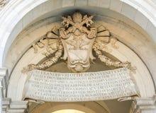 Vapenskölden och inskriften på tabellen på den Fontanone dell'Acquaen Paola Rome Italy Royaltyfri Bild
