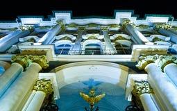 Vapenskölden på portar av vinterslotten, St Petersburg, Ryssland royaltyfria foton