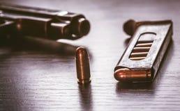 Vapentidskrift med 9mm kaliberkulor Royaltyfri Foto