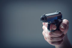 Vapenvapen Mäns hand som rymmer ett vapen 9 millimetrar pistol Arkivfoton